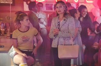 """Riverdale -- """"Chapter Fifteen: Nighthawks"""" -- Image Number: RVD202b_0257.jpg -- Pictured (L-R): Lili Reinhart as Betty Cooper and Madchen Amick as Alice Cooper -- Photo: Bettina Strauss /The CW -- © 2017 The CW Network. All Rights Reserved"""